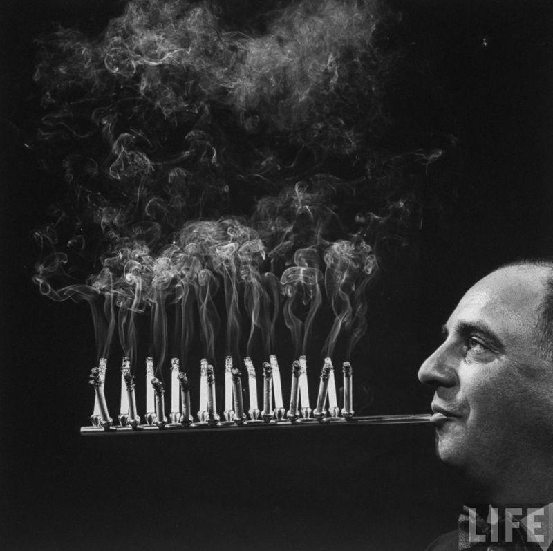 Fumeur a la chaine (C) LIFE 1954