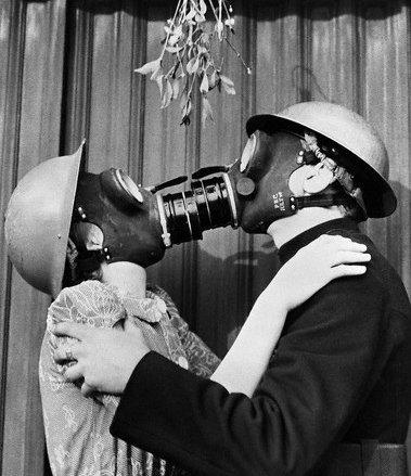 fumeurs Londres 1940 s'embrassant avec leur masque a gaz