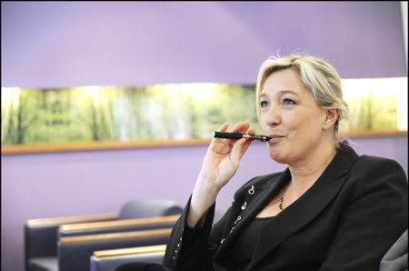 Marine Le Pen vapoteuse